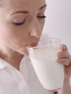 woman-drinking-milk